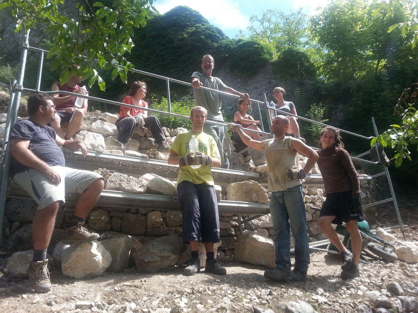 Photos de la restauration du mur en pierre sèche ,  Association Alpes de Lumière   , © Mairie de Castellane , transmise par Amandine Delabre , merci pour ce partage de la