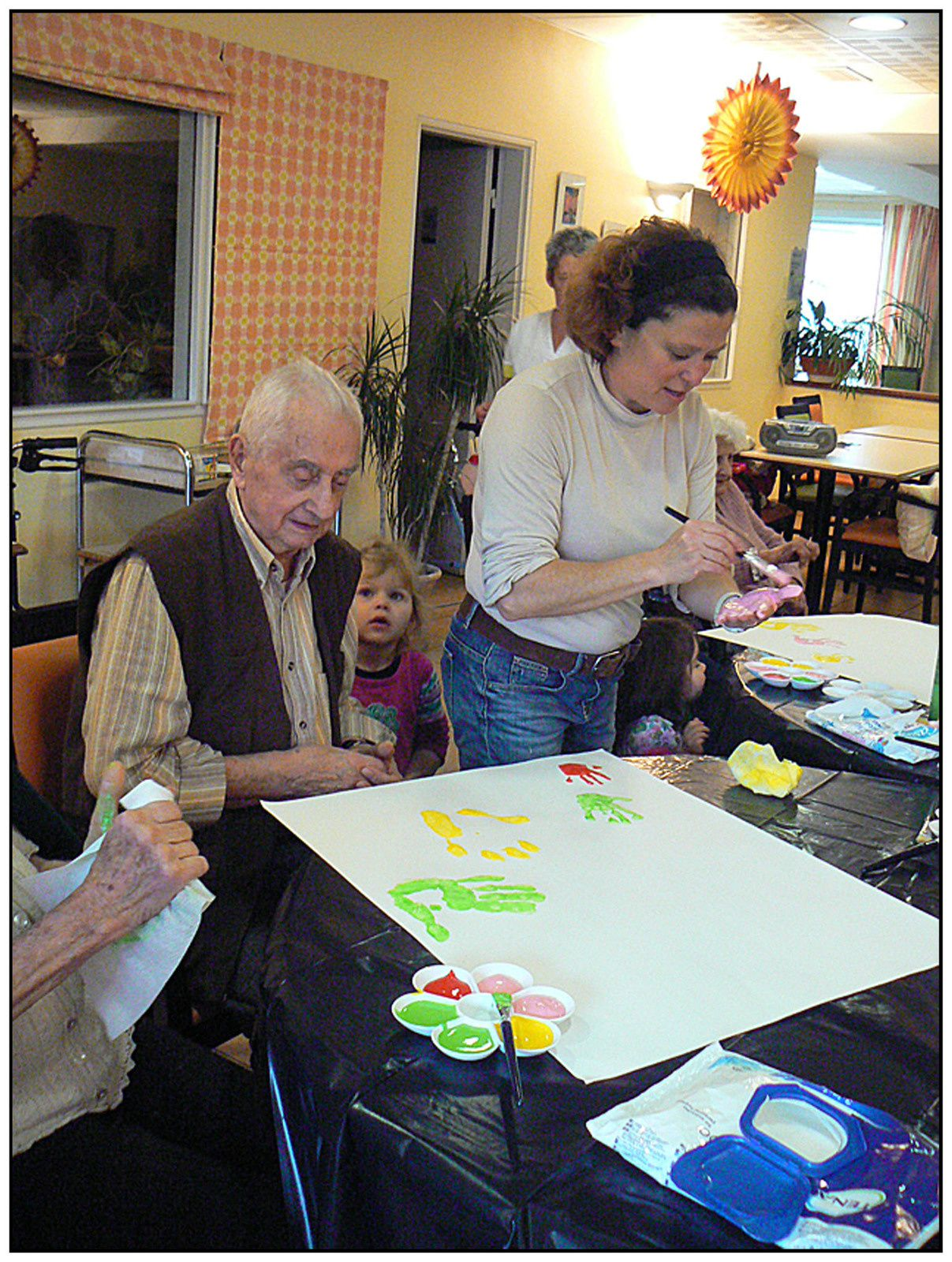 Atelier créatif à la Maison de retraite les Carlines avec la crèche 123 soleil