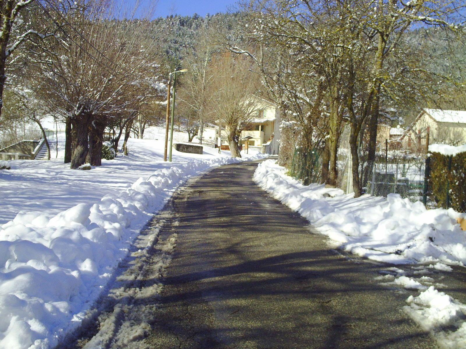 Danièle nous aide un peu pour montrer la Mure sous la neige lors de sa promenade sous le soleil comment joindre l'utile à l'agréable