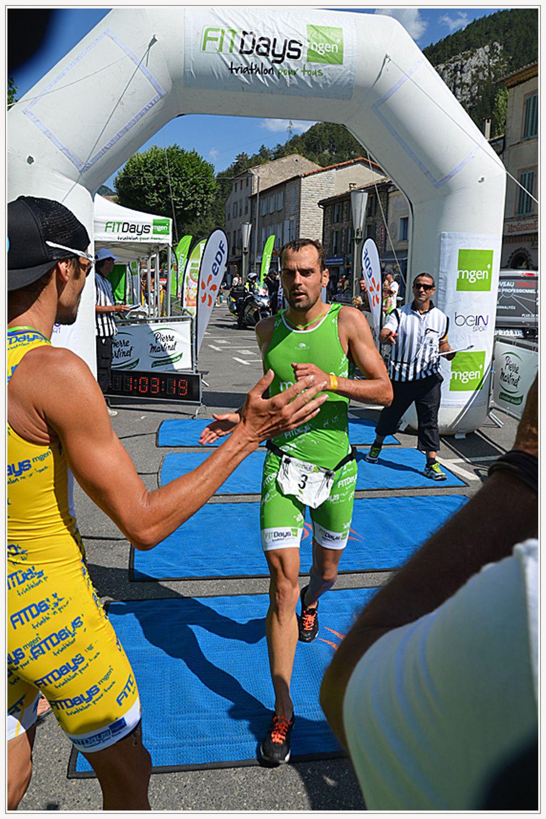 1er Frédéric Bélaubre (FRA) – Eurovia 1 :03'11 ( à gauche ) &  2e Aurélien Lebrun (FRA) – St raphaël Triathlon 1 :03'15 à l'arrivée