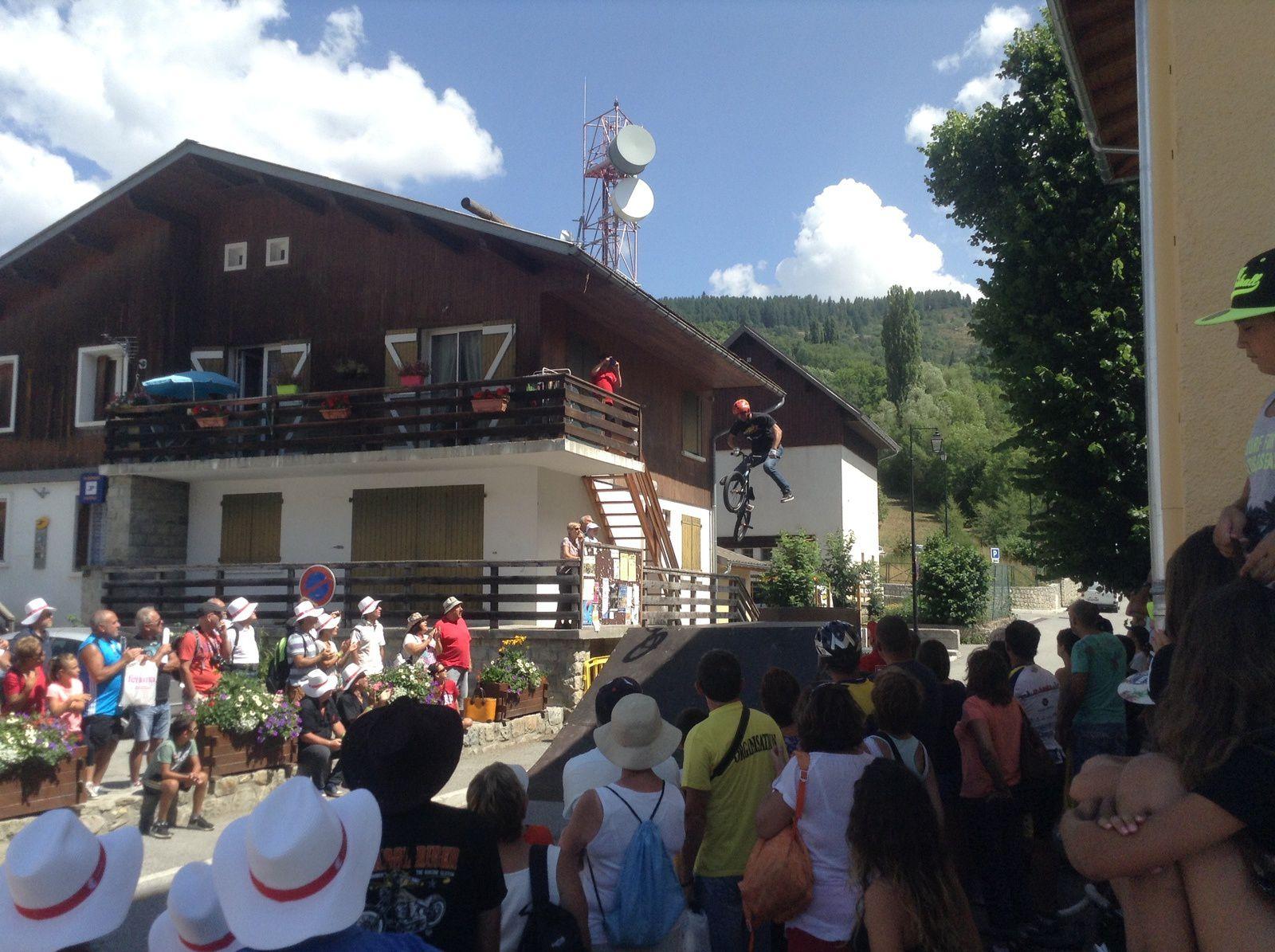L'ambiance si particulière du passage du Tour dans les pittoresques villages des Alpes de Haute Provence et plus particulièrement à Val d'Allos le village , Martine Guillery