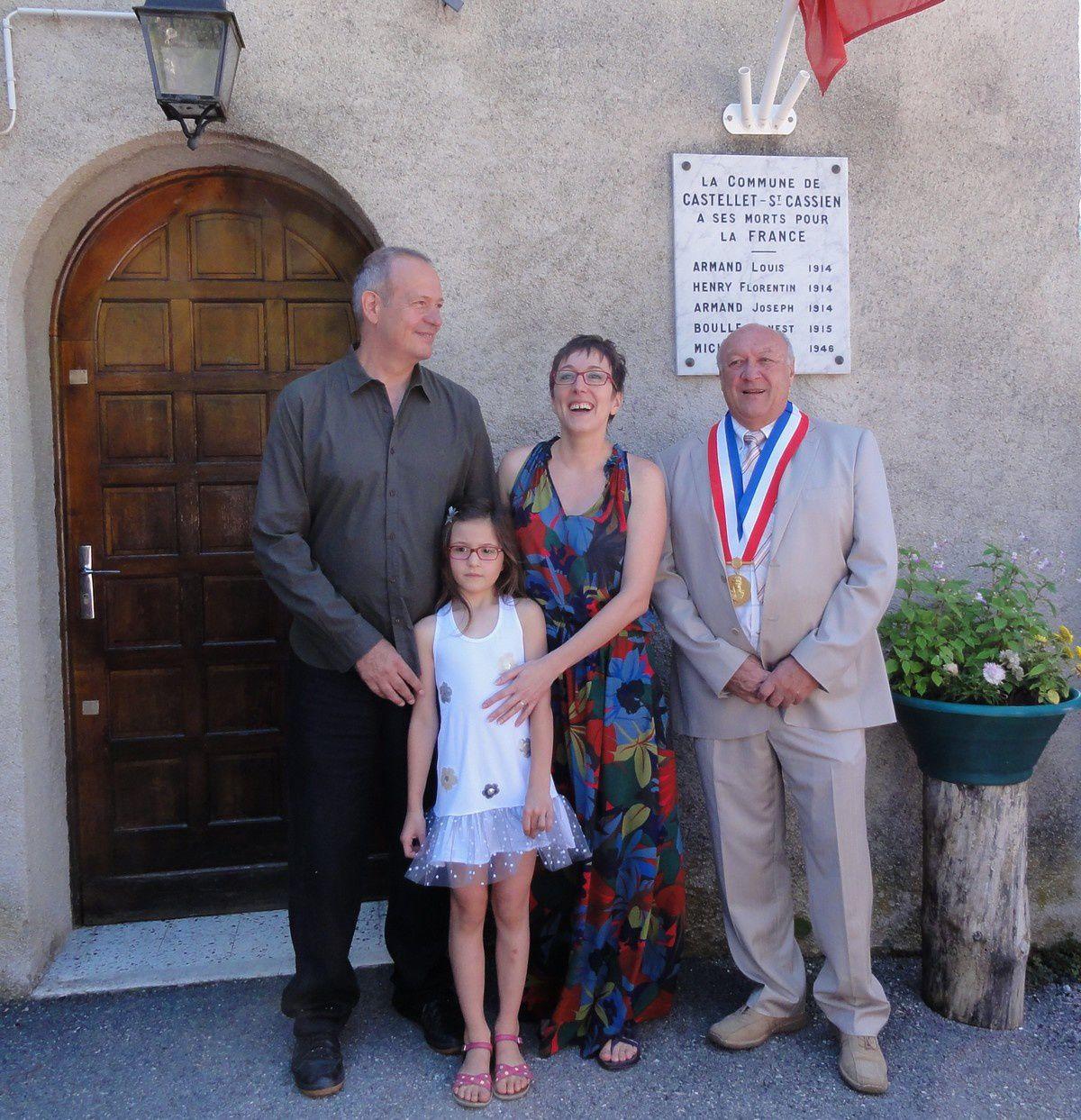 Les mariés Magalie et Bernard CAIRO et Léa, le maire Christian GATTI .
