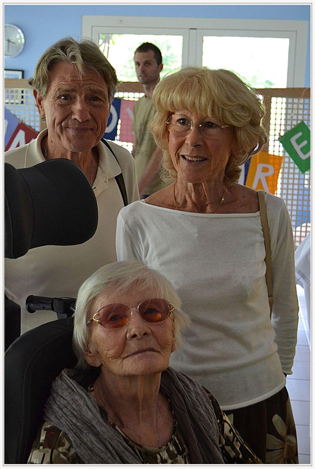 Photo Danielle Naisonnard ;   Les 100 ans de Lucienne VIDAL, entourée de ses proches et de ses amis.