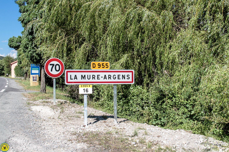 photos du changement des panneaux d'agglomération et  la plaque  de nomination  de la place ...