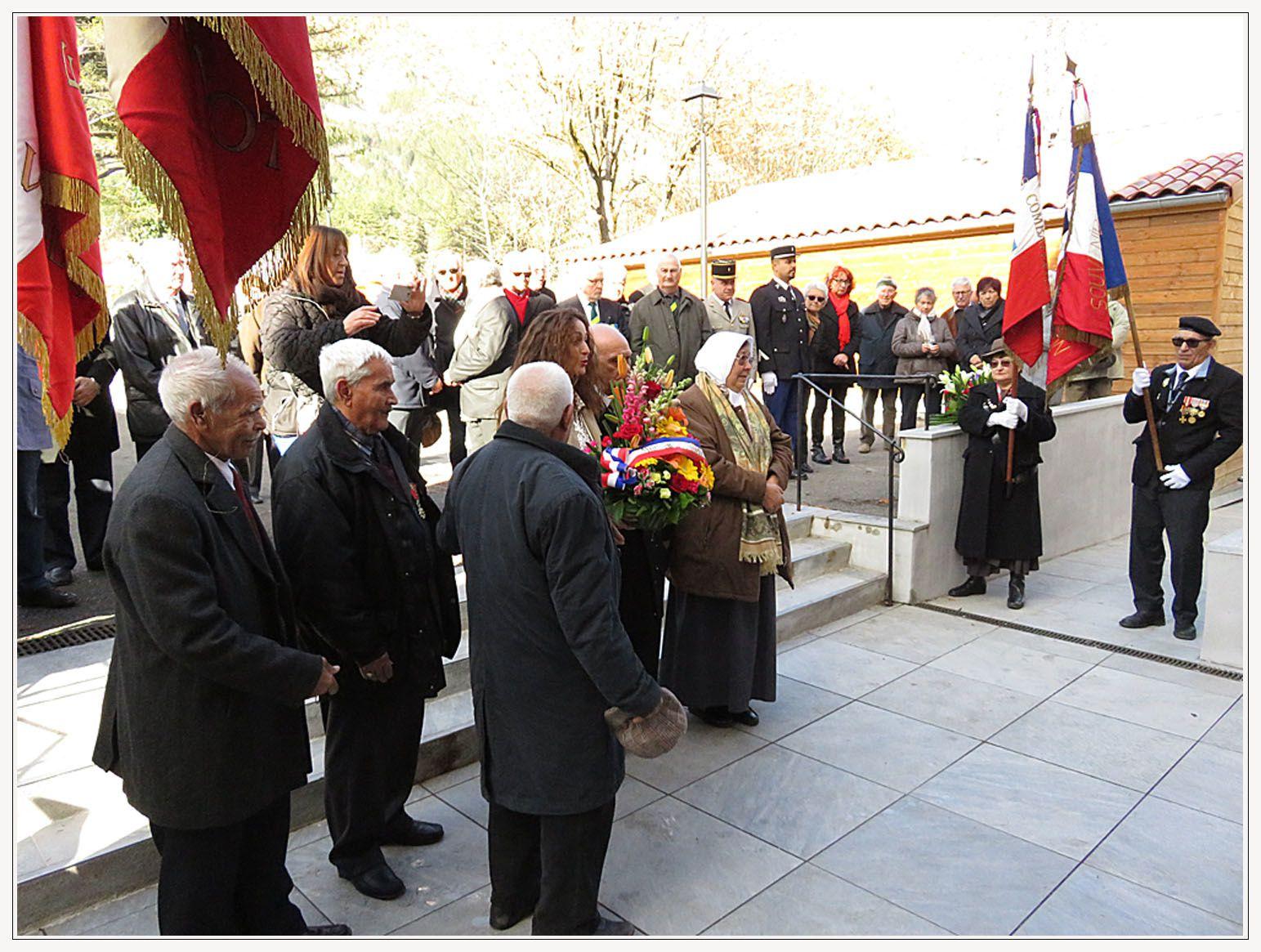 Yamina Chalabi dépose une gerbe devant la plaque commémorative accompagnée des représentants de la communauté Harkie.