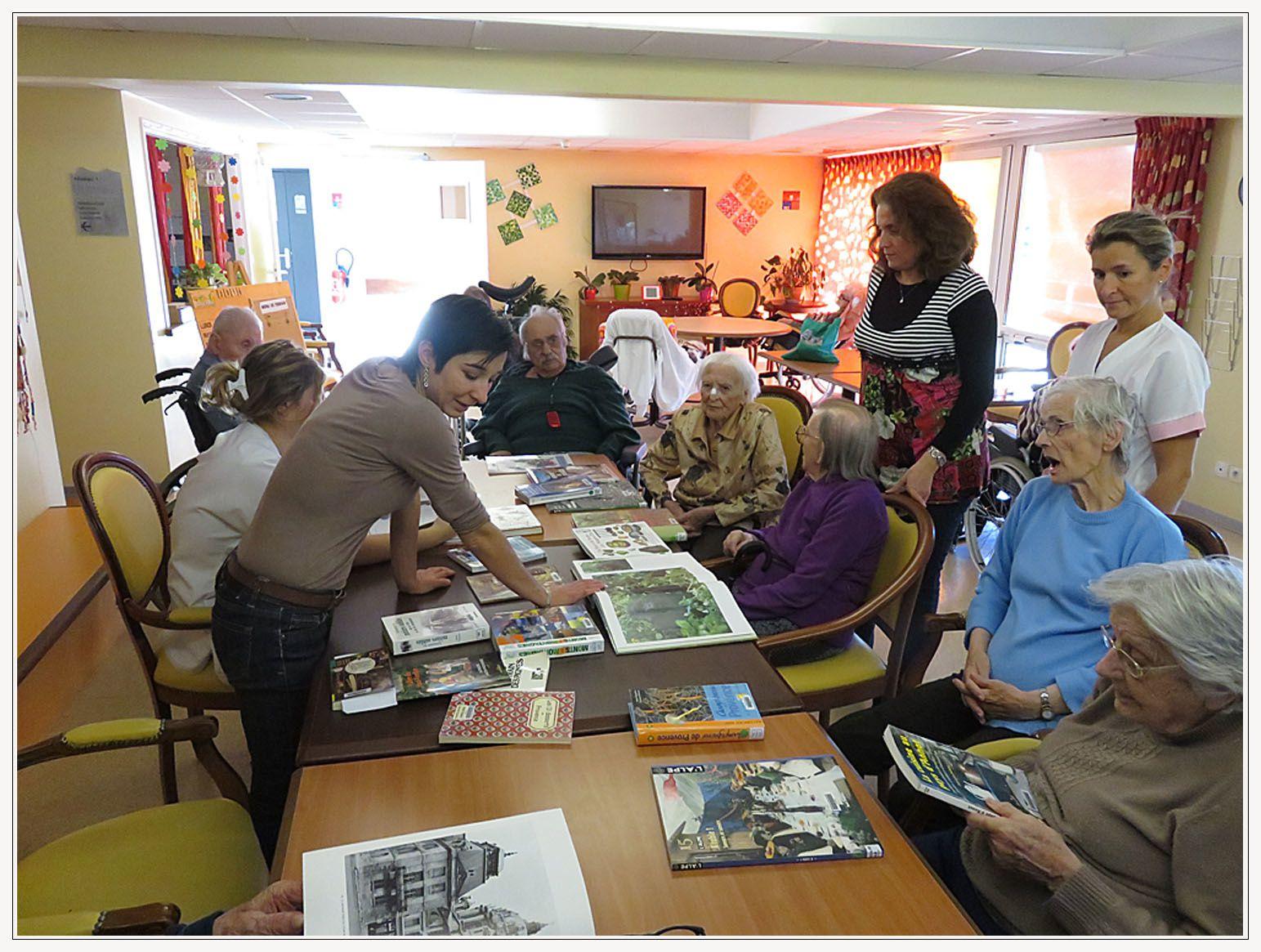 """Dans le cadre des """"Rendez-vous autour des livres"""", Florence Rigaud a présenté des ouvrages de la médiathèque aux résidents de la maison de retraite Les Carlines."""