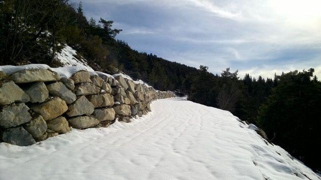 La route forestière Argens La Pierre Planté   et la plaque en mémoire de Maguy Bruneau, 1ère femme agent forestier
