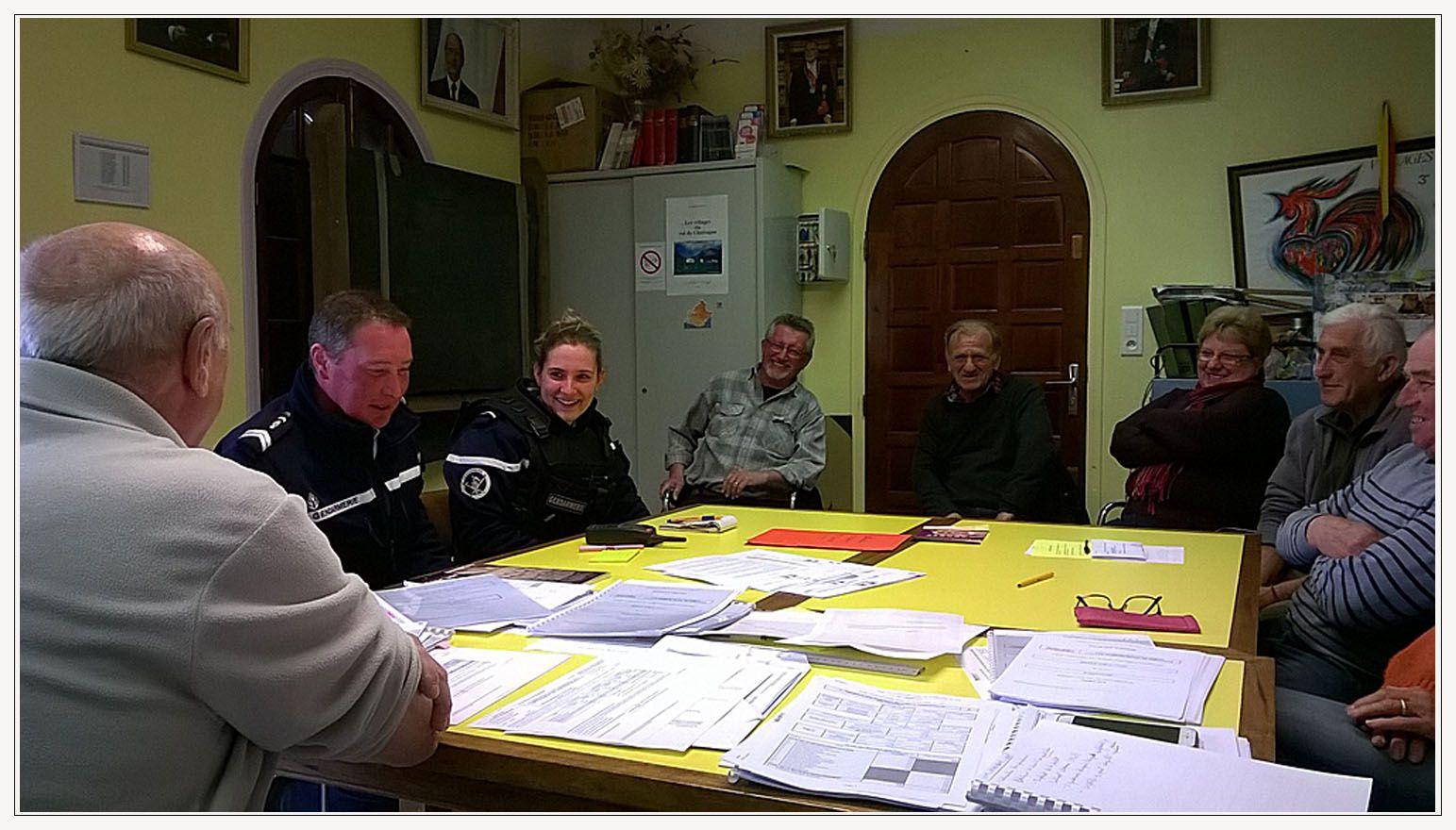 Photos les conseillers et les gendarmes Nicolas HOYOS et Sarah MANAS lors de leur intervention.