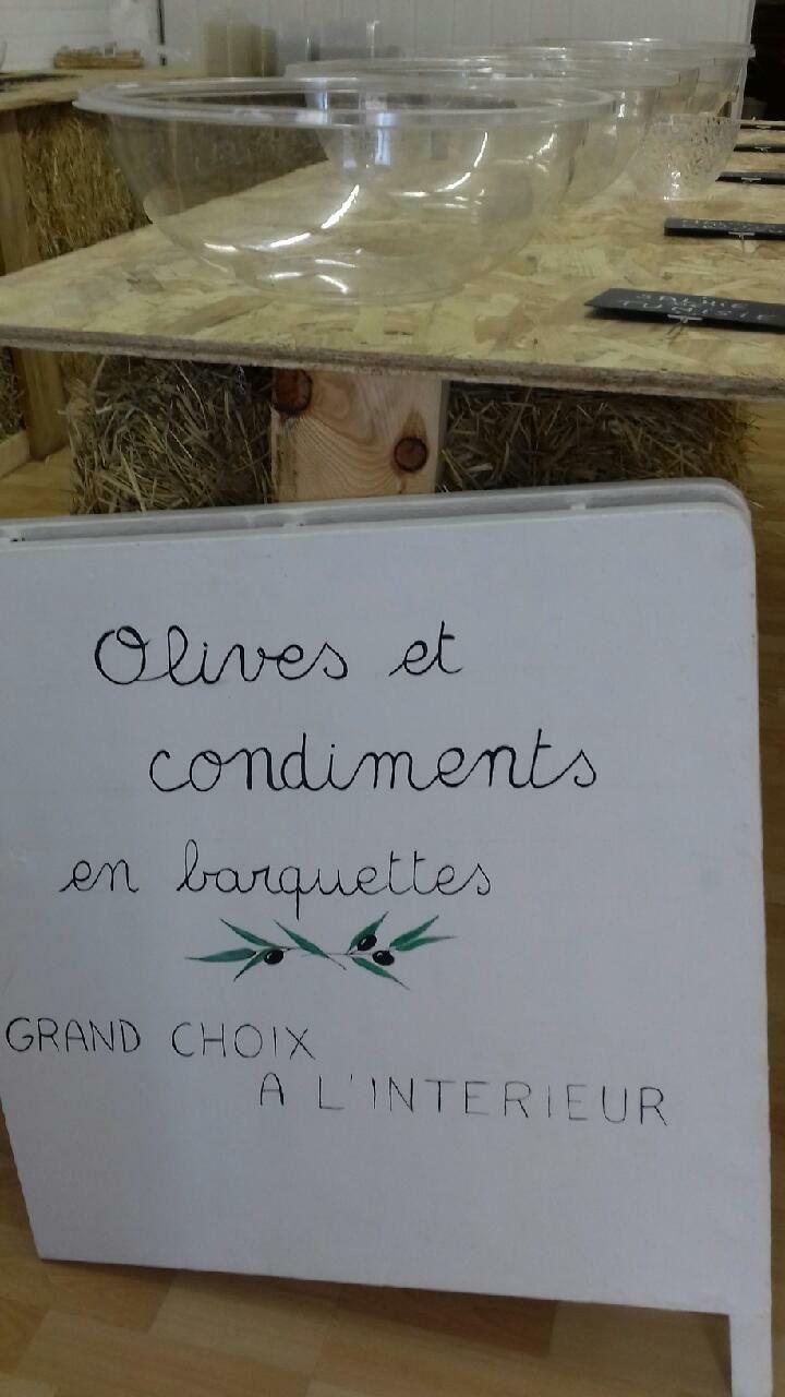 """Colmars les Alpes  : magasin  Rue Basse propose une grand choix d'olives et condiments """"Chez Olive """""""