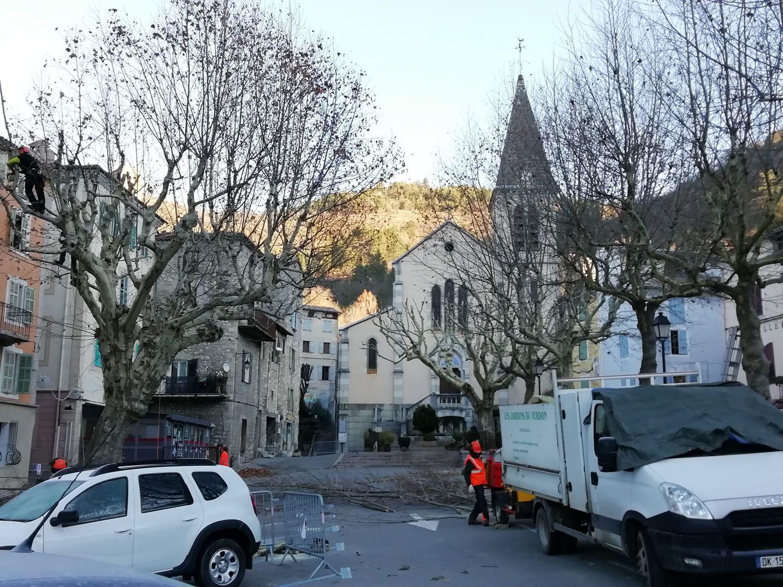 Castellane : Travaux d'élagage sur la place Marcel Sauvaire