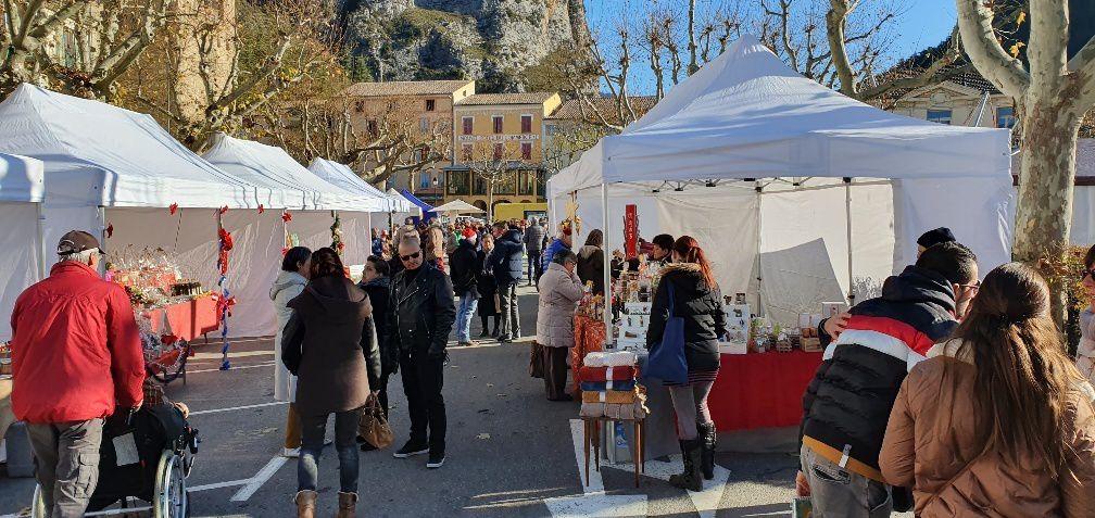 Castellane ; le marché de noël ensoleillé