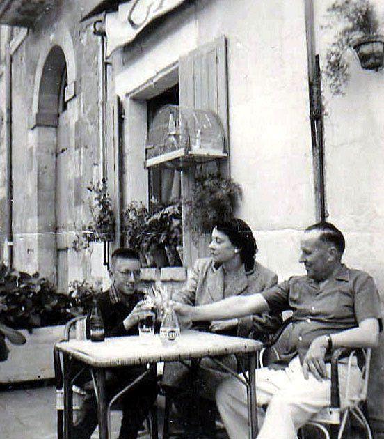 """En terrasse avec mes parents, au milieu des années """"50""""..."""