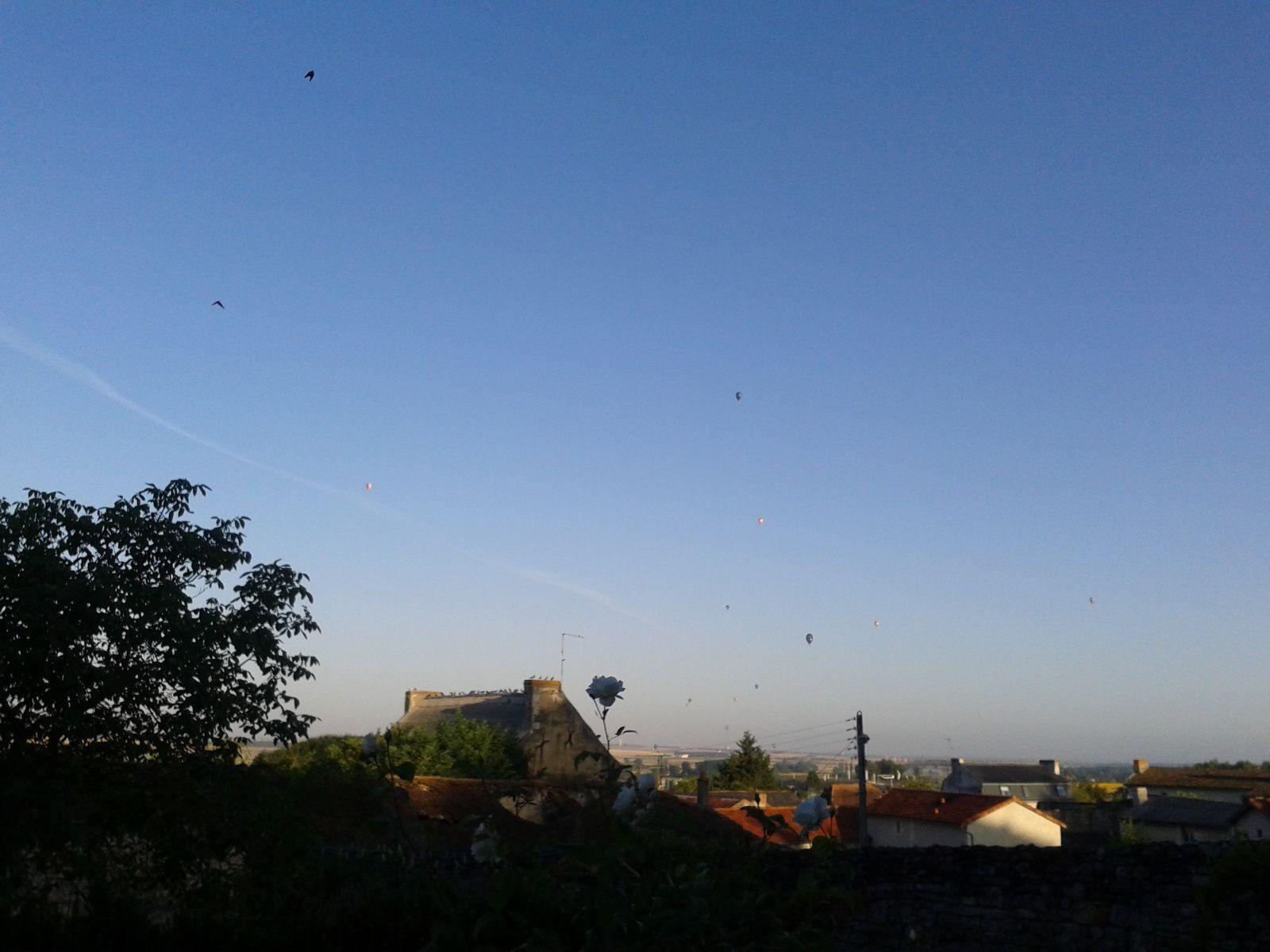Le 42e Championnat de France de Mongolfières... vu à l'Ouest des fenêtres de la maison du Farfadet. le matin entre 7H30 et 8H30 et le soir entre 19H30 et 20H30.