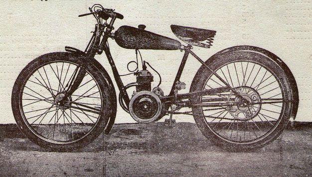 """Voici approximativement à quoi resemblait le cyclomoteur  que mon père mit à ma disposition, un vélomoteur d'un autre âge ( disons préhistorique…) qu'il avait bidouillé lui-même ayant monté sur un cadre de petite motocyclette d'avant guerre à l'authentique fourche à parallélogrammes, un moteur """"Le Poulain"""" de 45cm3, une mécanique antique et en """"toc"""" aussi  …"""