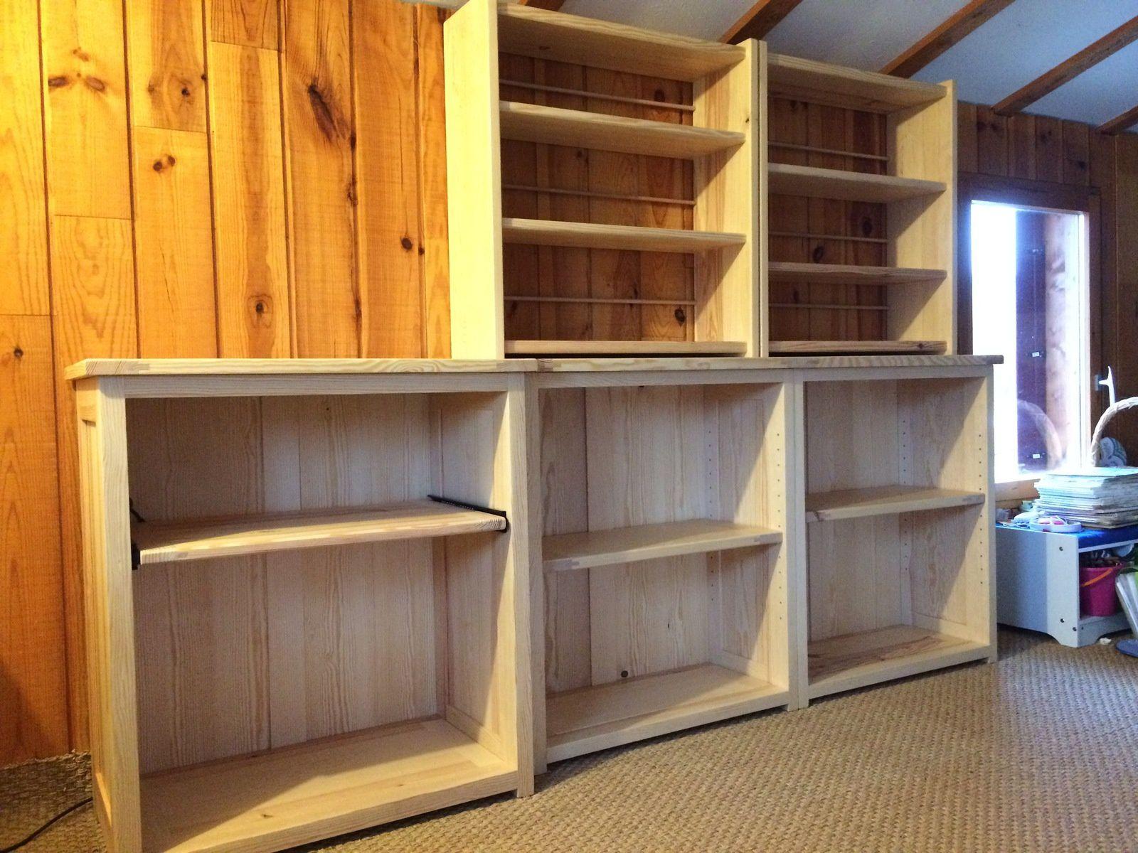 Deux meubles haut pour livres de poches et autres formats, avec étagères fixes (L.790mm, 260mm, hauteur 780mm). Pour retenir les livres à l'arrière du meuble une tige en bois à chaque niveau. Ces deux meubles peuvent également être posés au sol pour un autre aménagement.