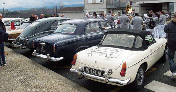 """De nombreux curieux sont venus admirer nos véhicules dans une ambiamce bon enfant, grâce à """"la bande à Maurice"""" qui nous a un peu réchauffé."""