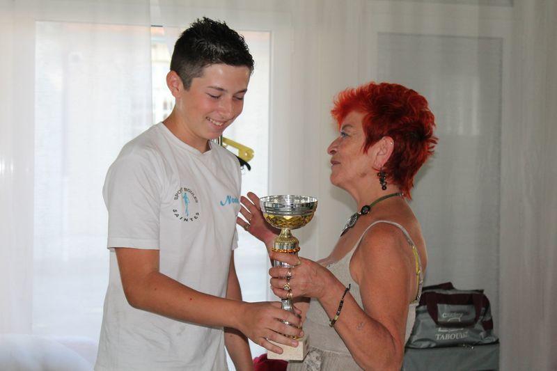 Noah reçoit la coupe des mains de JO, notre sponsor.