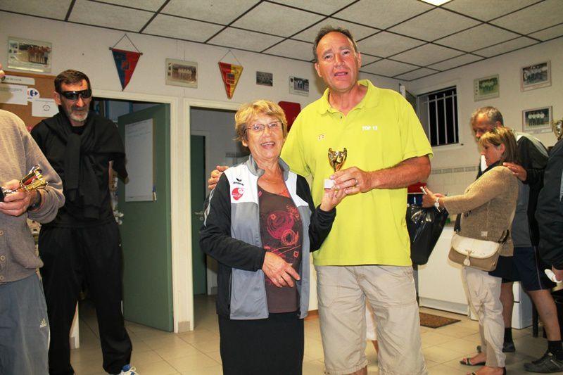 Jean LOPEZ, meilleur pointeur et Patrick PASCUAL, meilleur tireur reçoivent leur récompense des mains de la présidente Françoise BOUCHET
