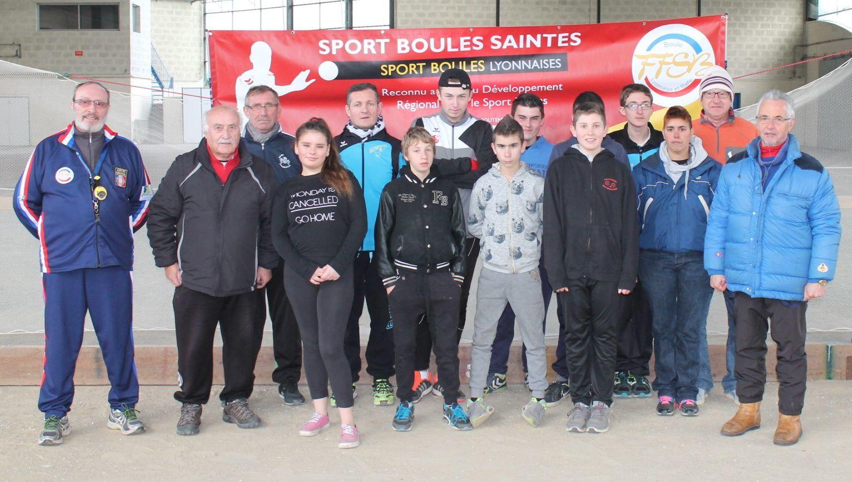 De gauche à  droite : Michel MARTIN l'arbitre officiel de la rencontre, Jean-Louis BOUCHET (SAINTES), manager des moins de 18 ans, Patrick PUGNAT (Gondeville), manager des moins de 15 ans, Samantha POIRIER, Thierry GARREAU (L'ISLE D'ESPAGNAC), président de la Commission Départementale de Charente, Jimmy DESOUDIN, Noah BOUCHET , Killian DUPUIS, Matteo MICHEL, Antoine BOCHIN, Caché partiellement,  Thomas GARREAU, Rose MERLE  (COGNAC), arbitre stagiaire,  Jean-Claude VAUGOIS (SAINTES), arbitre stagiaire,  Jean-Louis CLAVERIE (SAINTES) président de la Commission départementale des Jeunes.