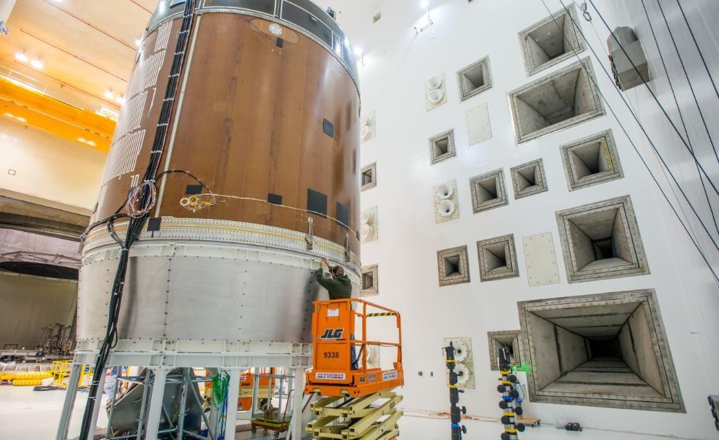 Essai acoustique sur un article de test du module de service à Plum Brook Station.