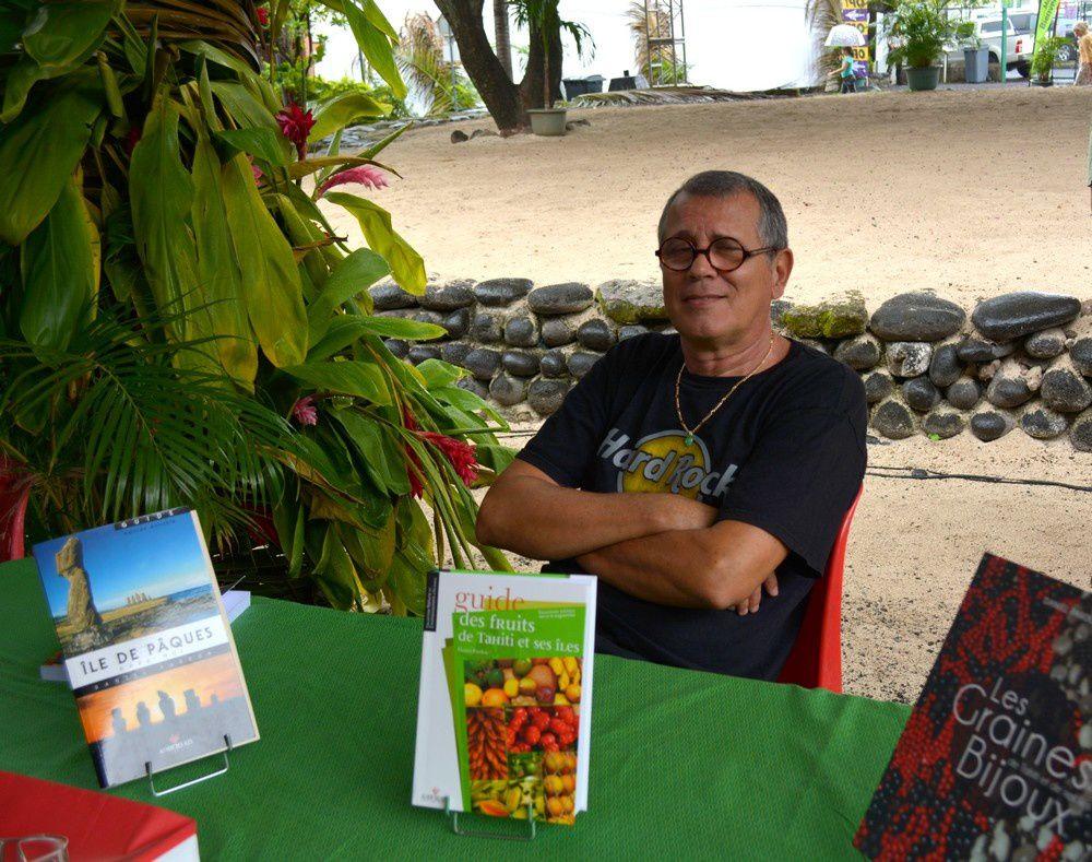 Salon de Papeete Daniel Pardon devant le paepae Photo JP