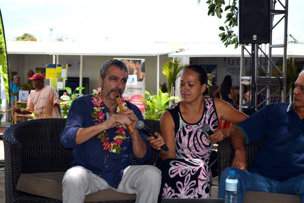 Gilbert Banneville et sa fille sur le paepae. Photo JP