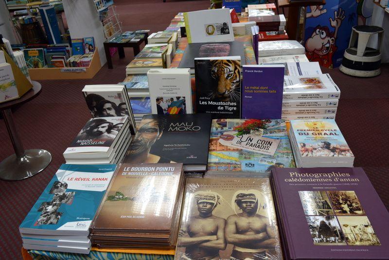 L'entrée de la librairie Calédo Livres avec mon livre bien en évidence. photo JP