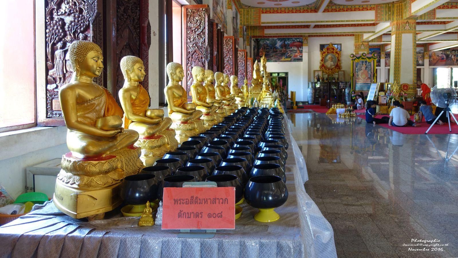 Méditation dans le temple de Khon Kaen