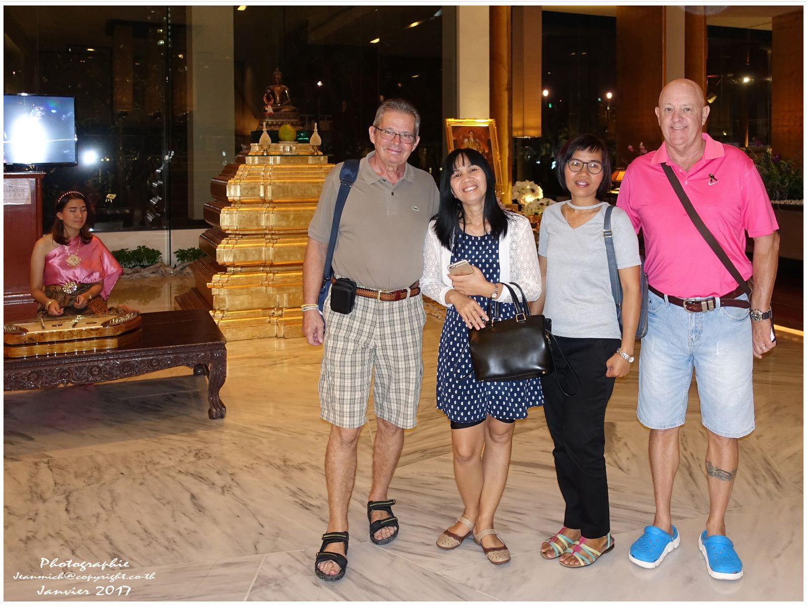 Dans le hall de l'hôtel