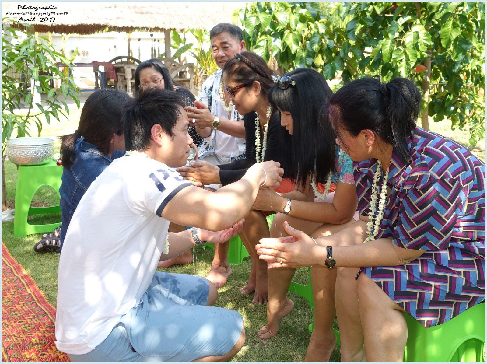 Bénédictions pour les aînés (fêtes de Songkran Thaïlande)