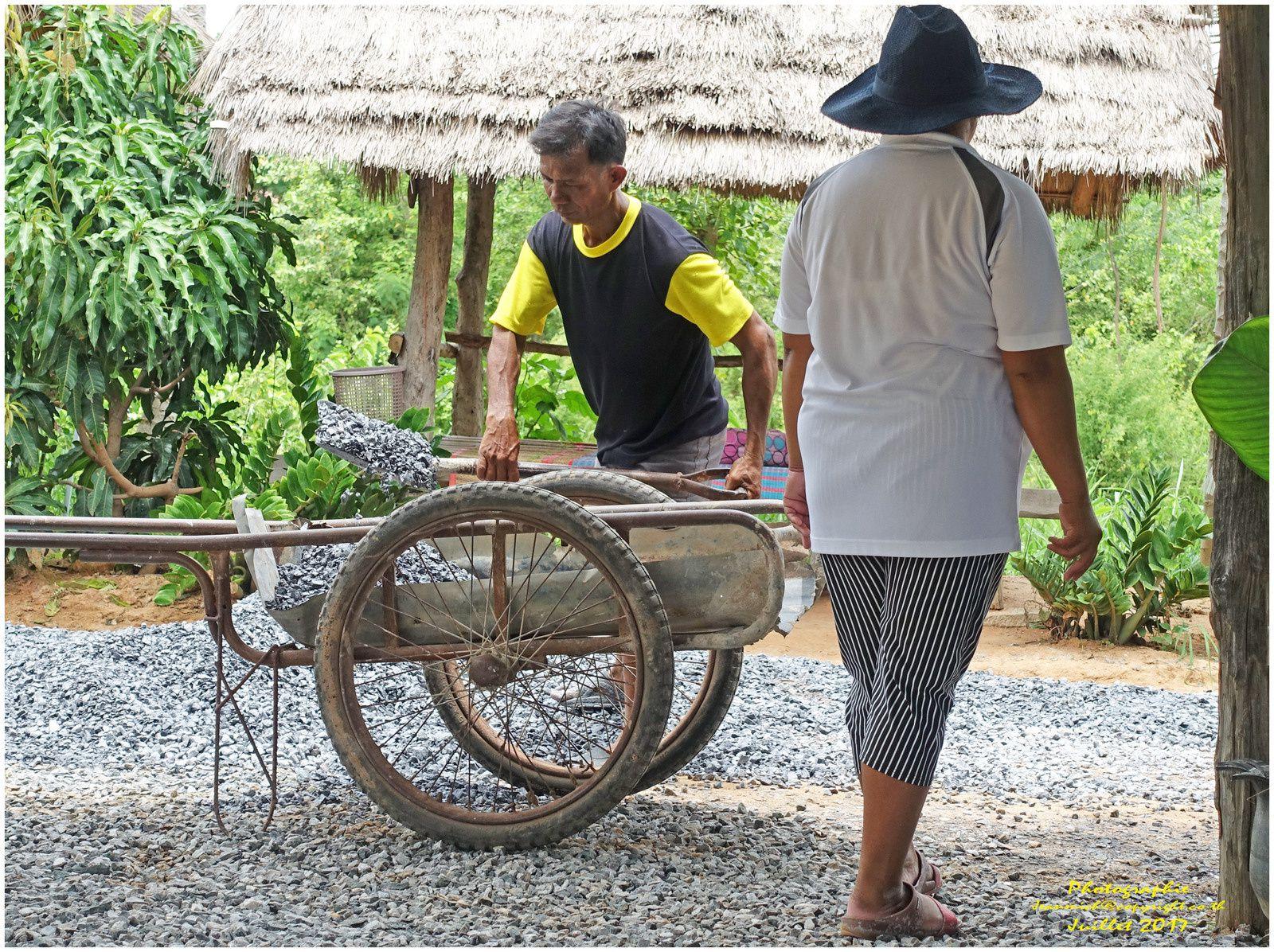 Un repas en famille dans la campagne (Thailande, Isaan)