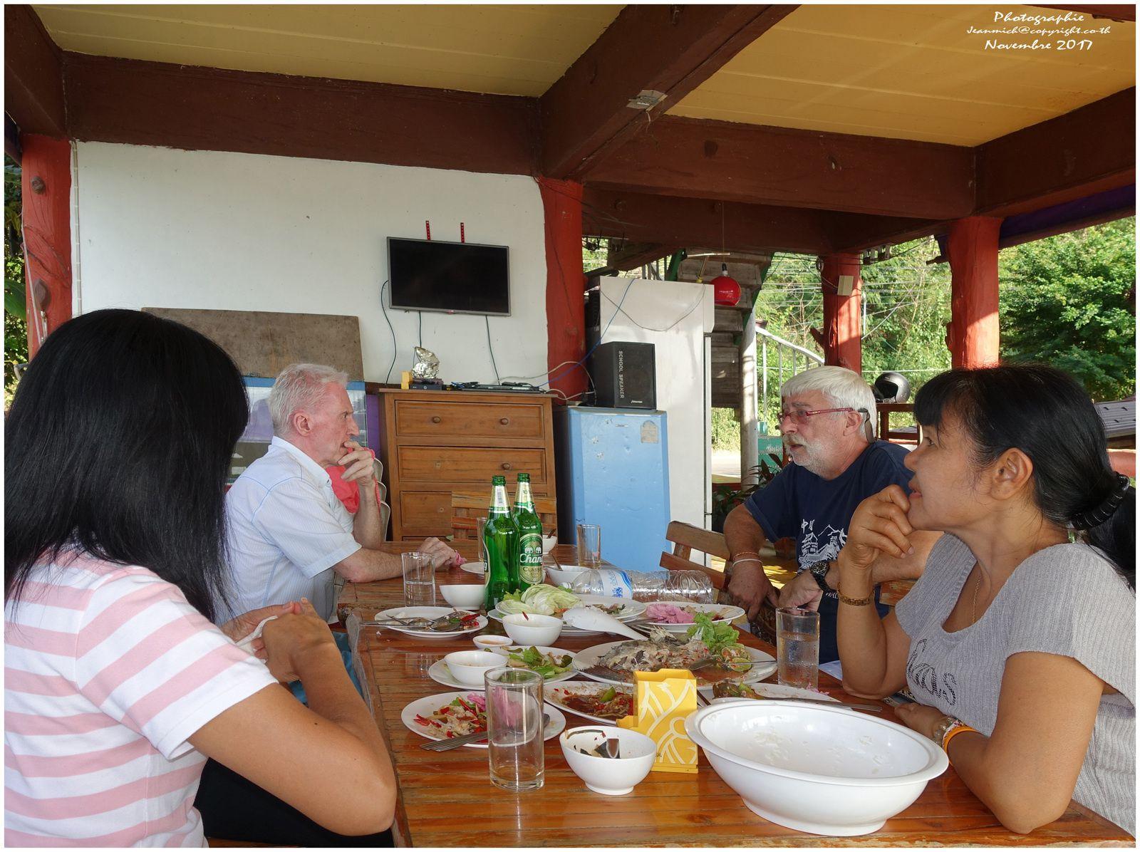 Un repas entre amis (Ubonrat, Thaïlande)
