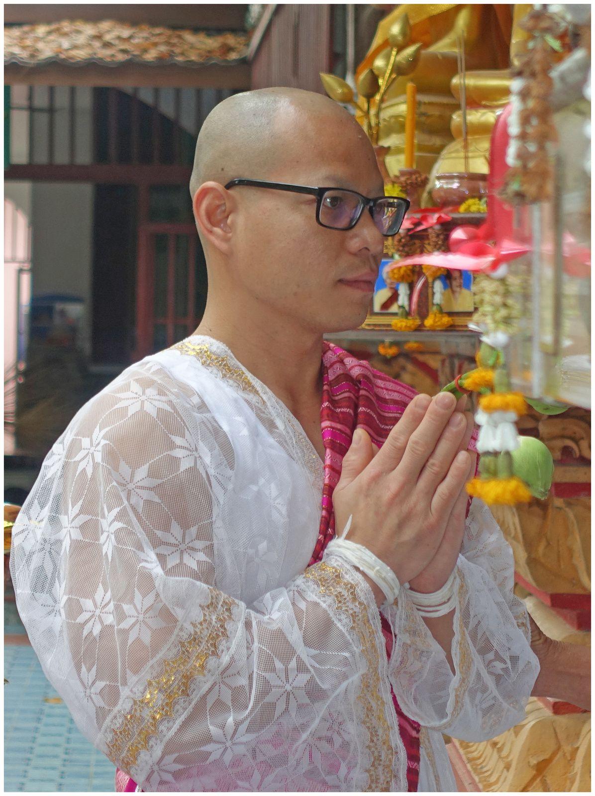 Passage à la vie de moine ( Wat Pho  Khon Kaen, Thaïlande)