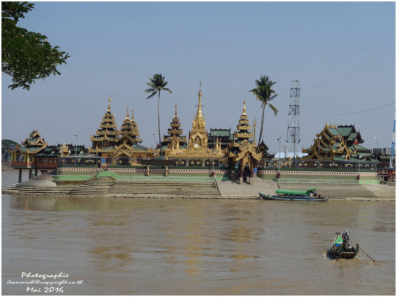 Thalyin Temple sur une île au milieu de la rivière (Myanmar)