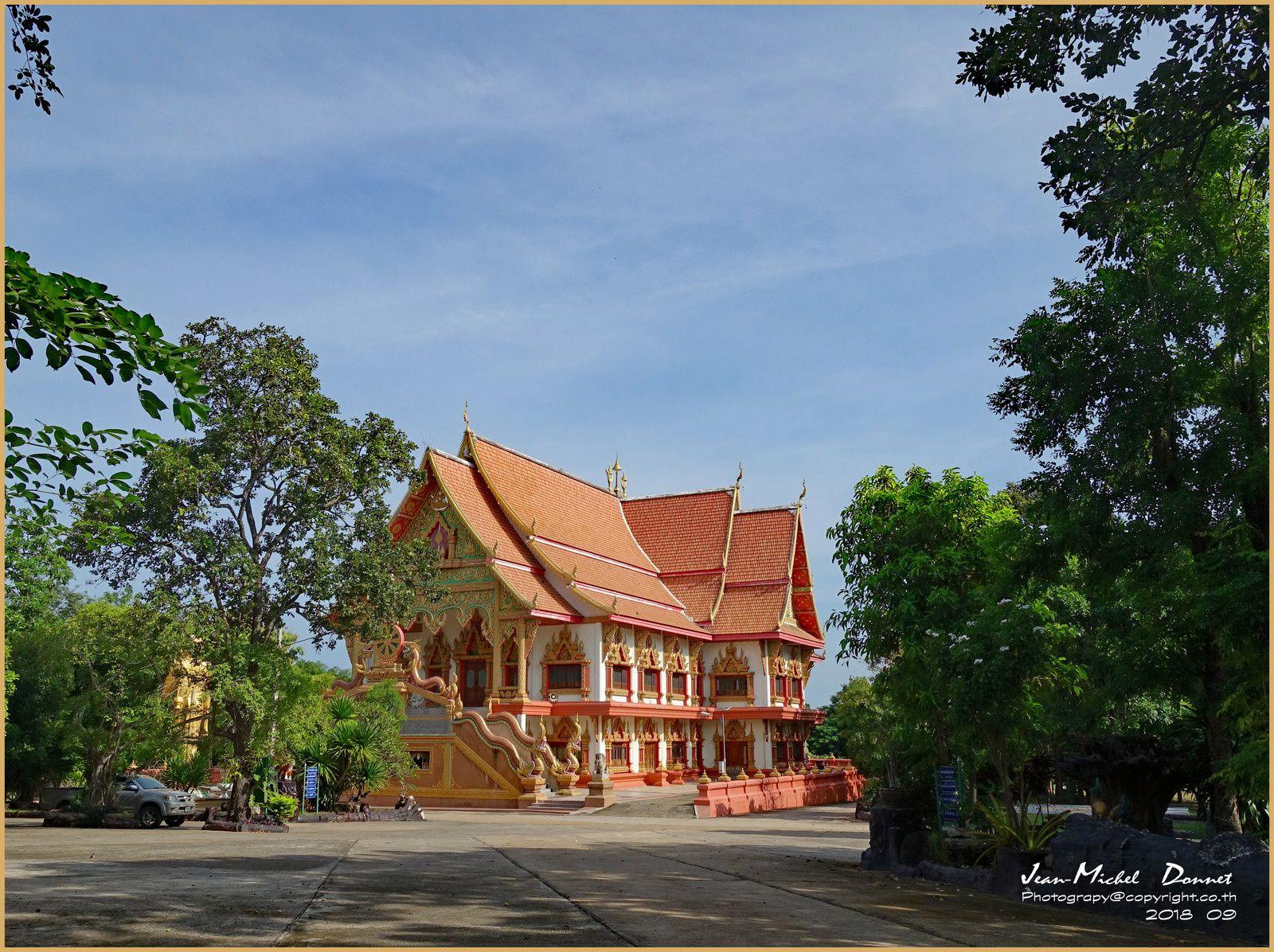"""Promenade dans les alentours du temple """"Wat Khuean Ubonrat"""