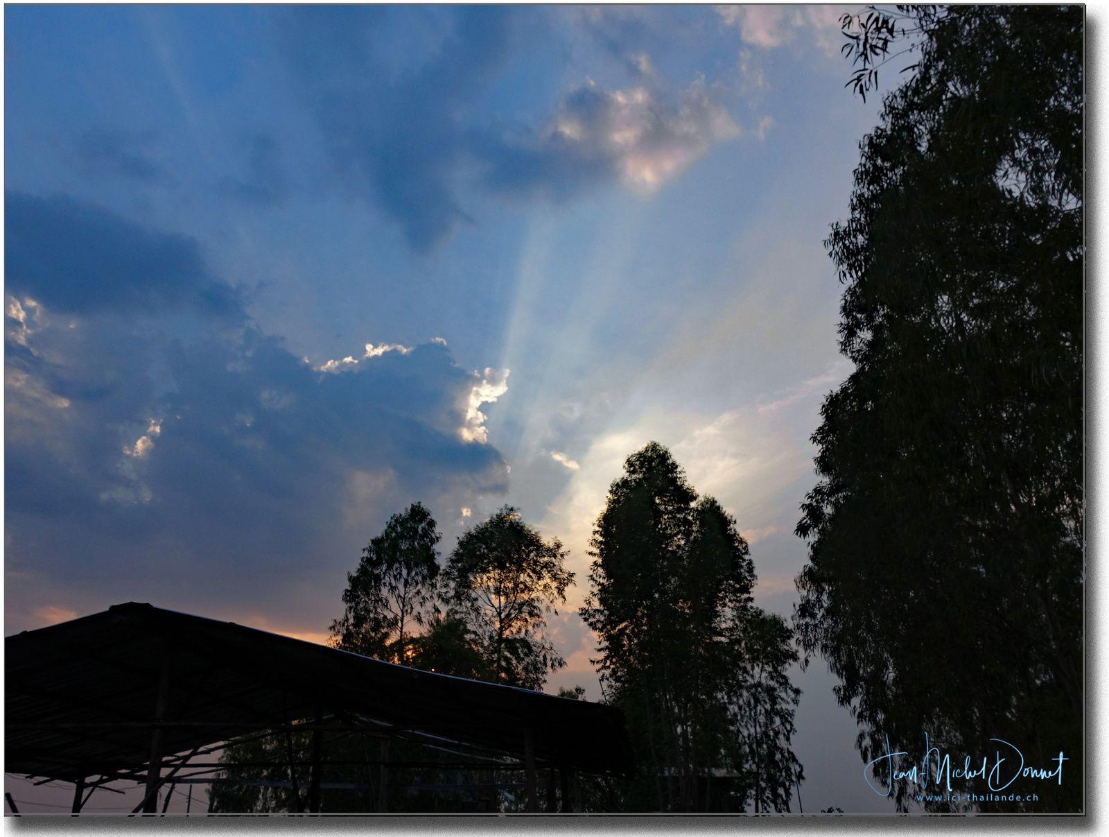 Coucher de soleil sur le lac d'Ubonratana (Thaïlande)