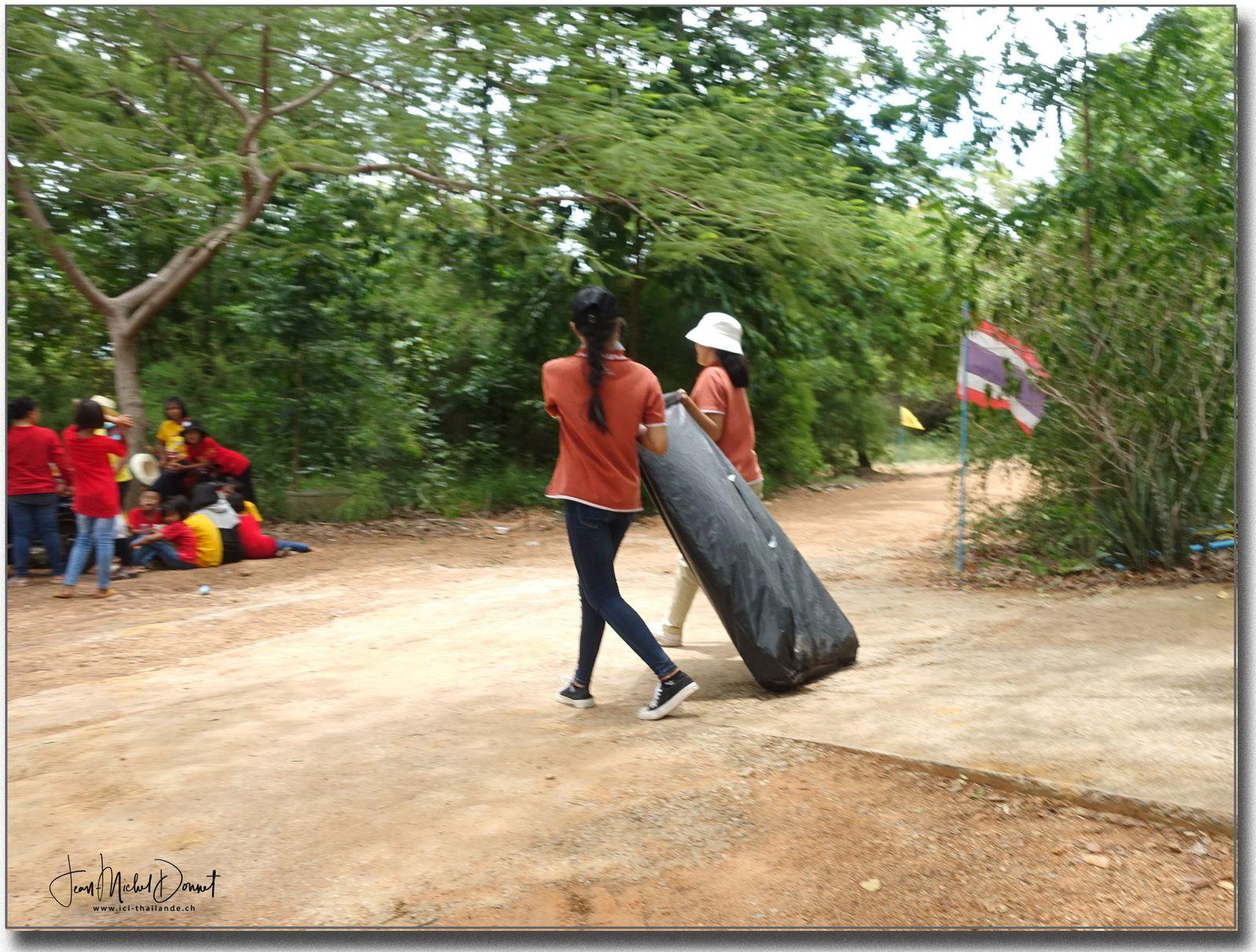 Fête « récolte de dons pour un temple » Thaïlande)