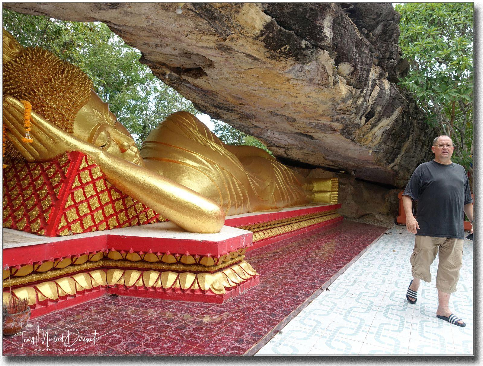 Le café et le Bouddha couché d'Ubonrat (Thaïlande)