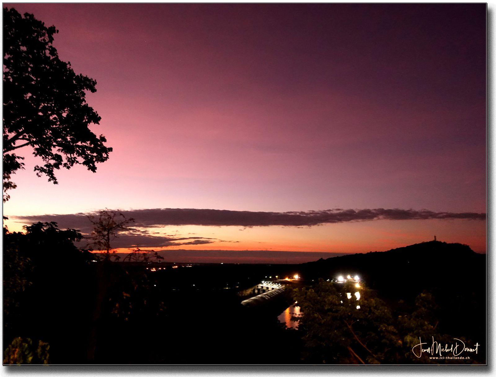 Les aubes et les premiers rayons de l'astre du jour. (Thaïlande)