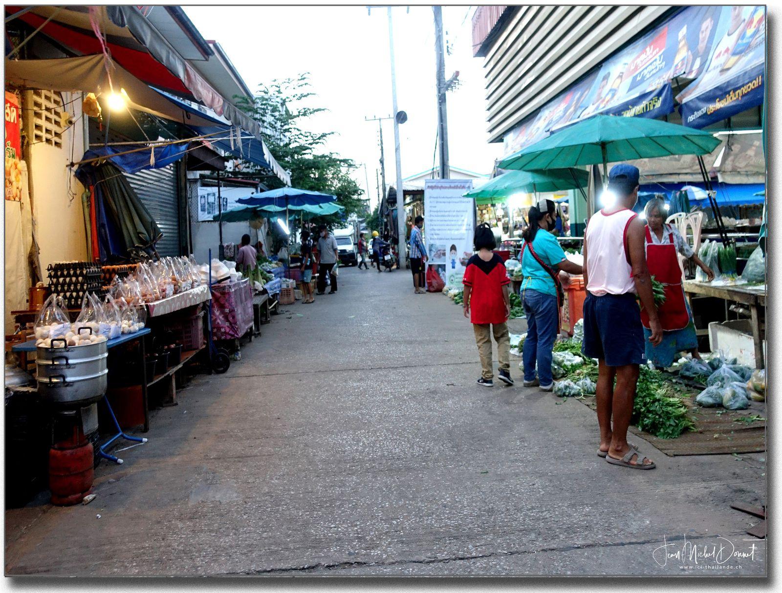 Petit tour au marché (Ubonrat Thaïlande)