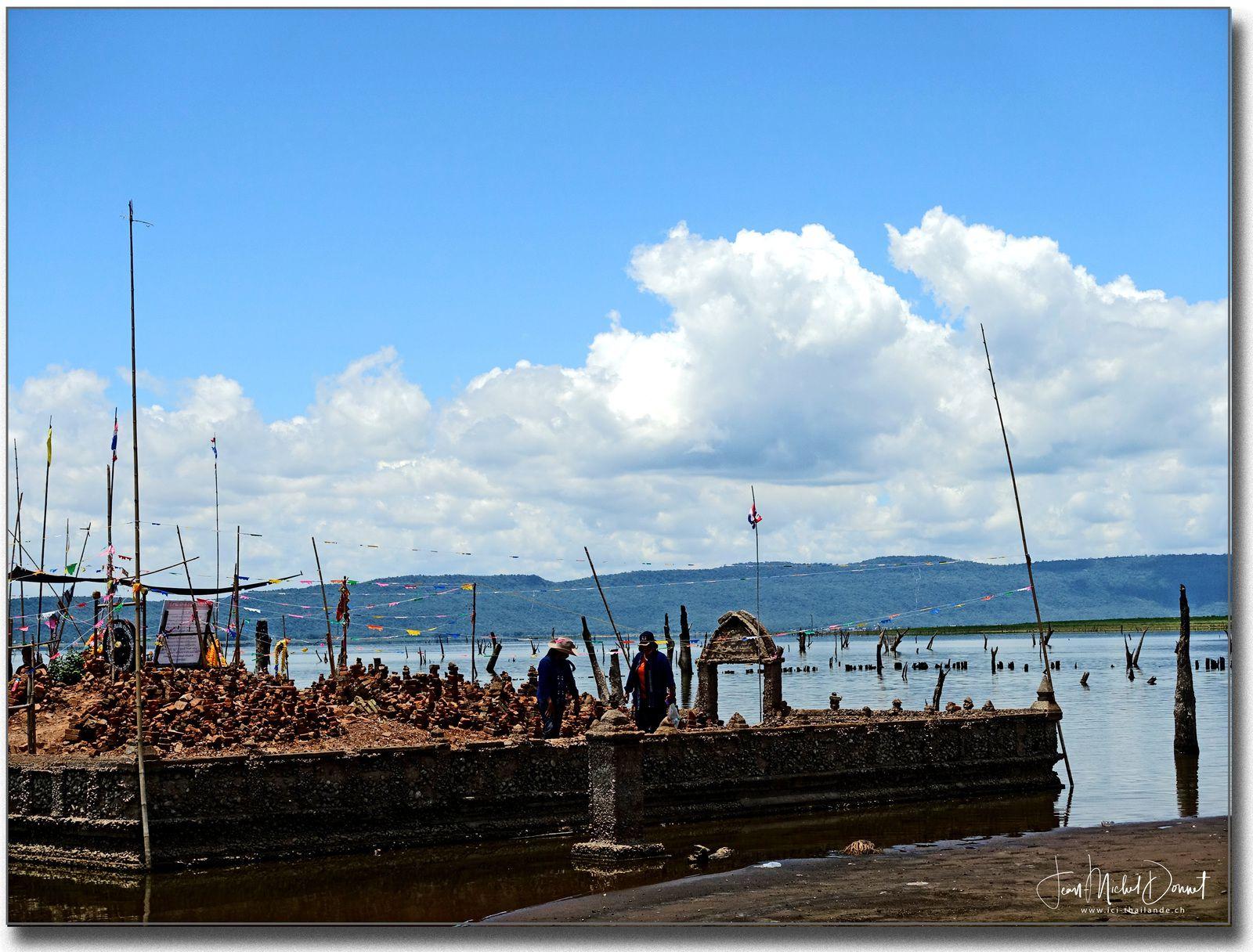 Le temple du lac d'ubolratana Dam (Thaïlande, Issan)