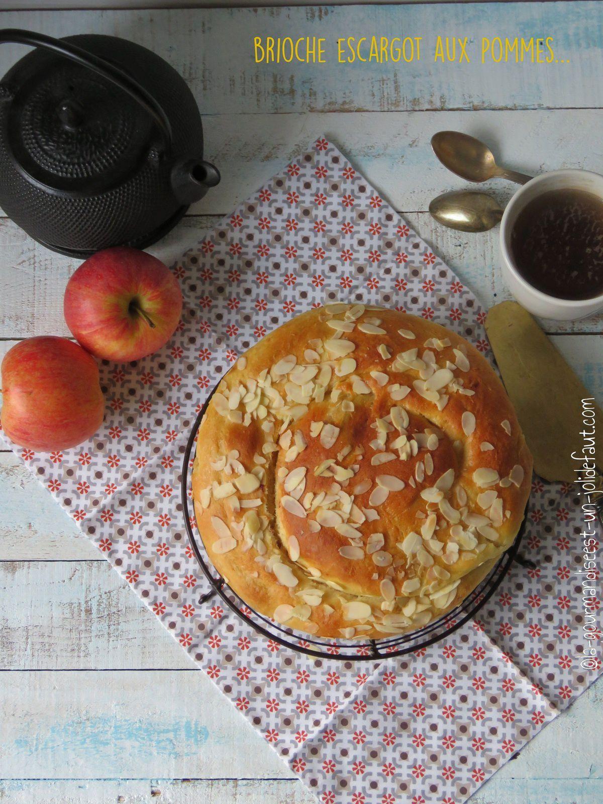 Brioche escargot aux pommes avec de la cannelle, du miel et du chocolat