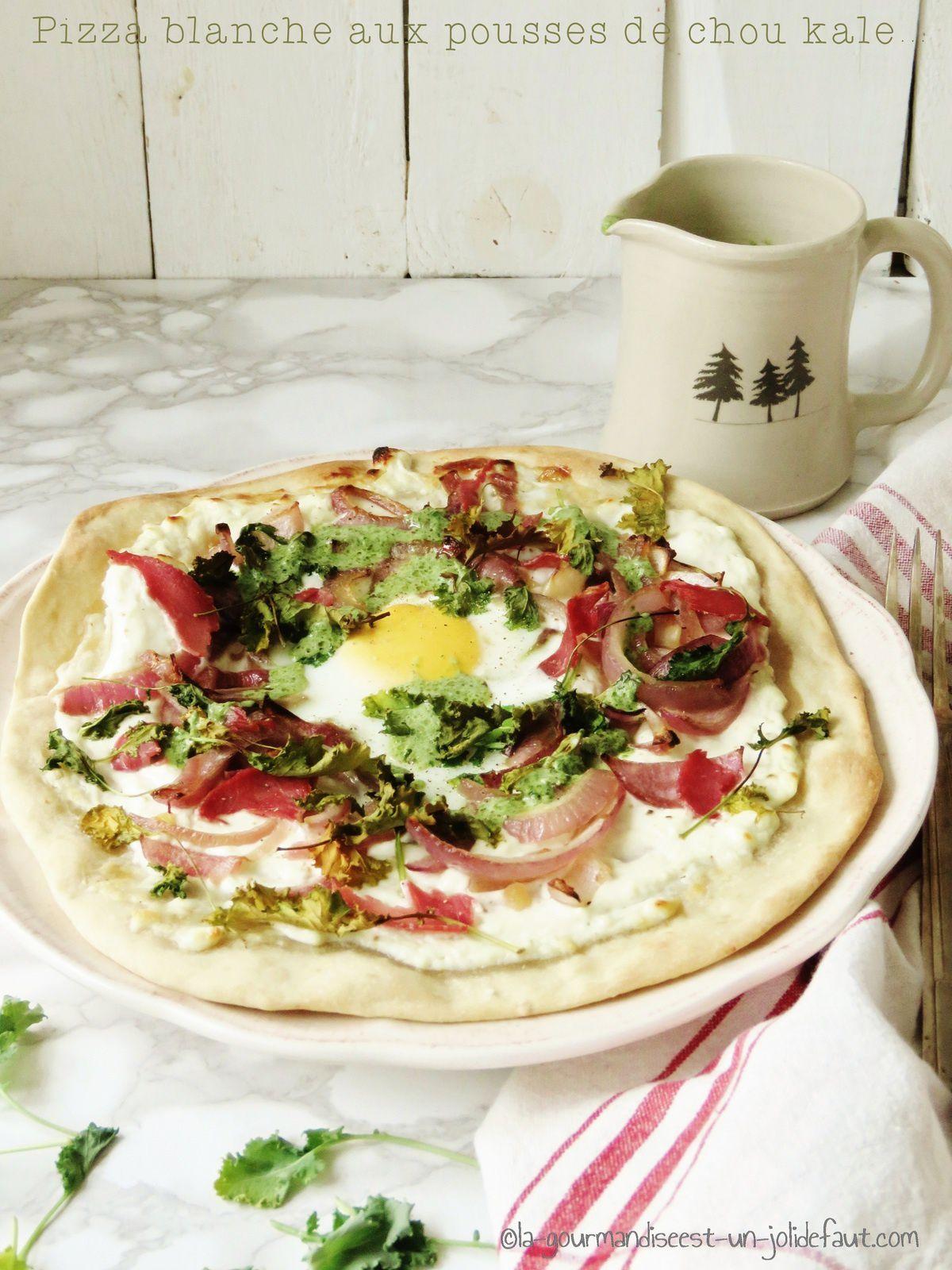 Pizza blanche aux pousses de chou kale et son couli de roquette