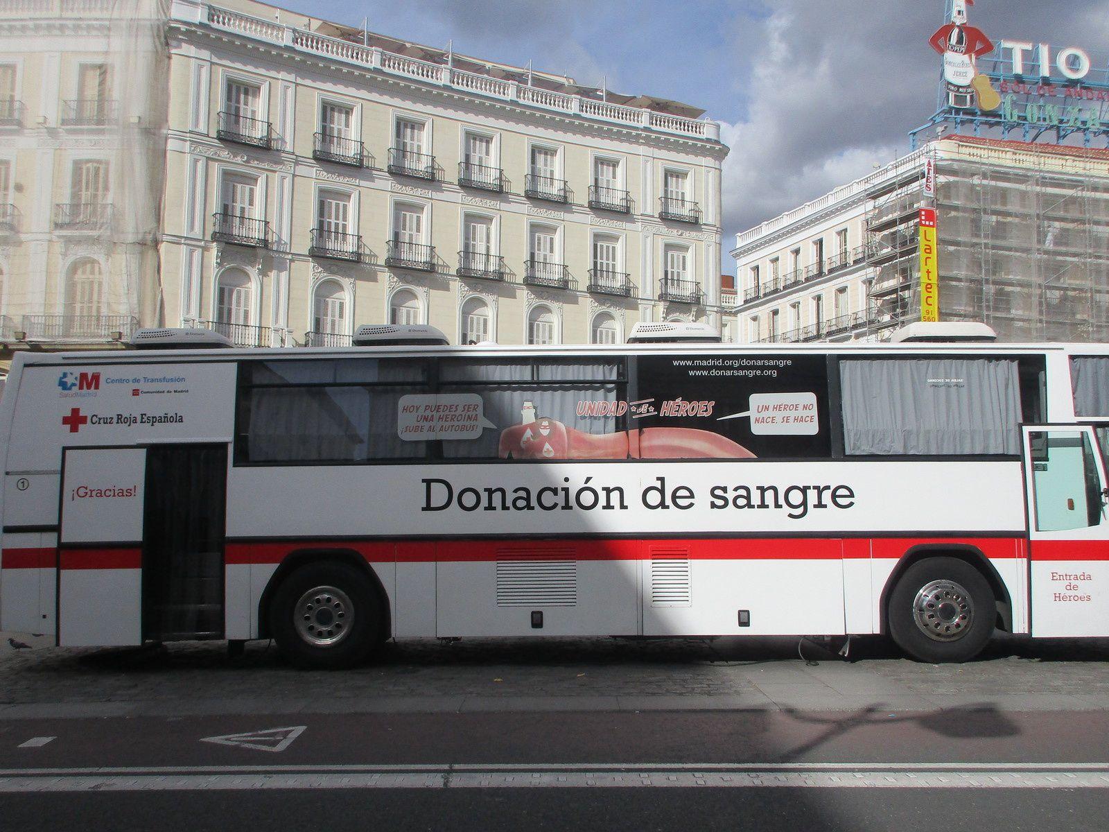 L'hôpital dans l'avenue centrale, l'arbre de coeurs, les panneaux et affiches à l'entrée, l'accueil, puis le Dr CASTRO dans la salle de don, le bus sur la PLAZA DEL SOL à MADRID.