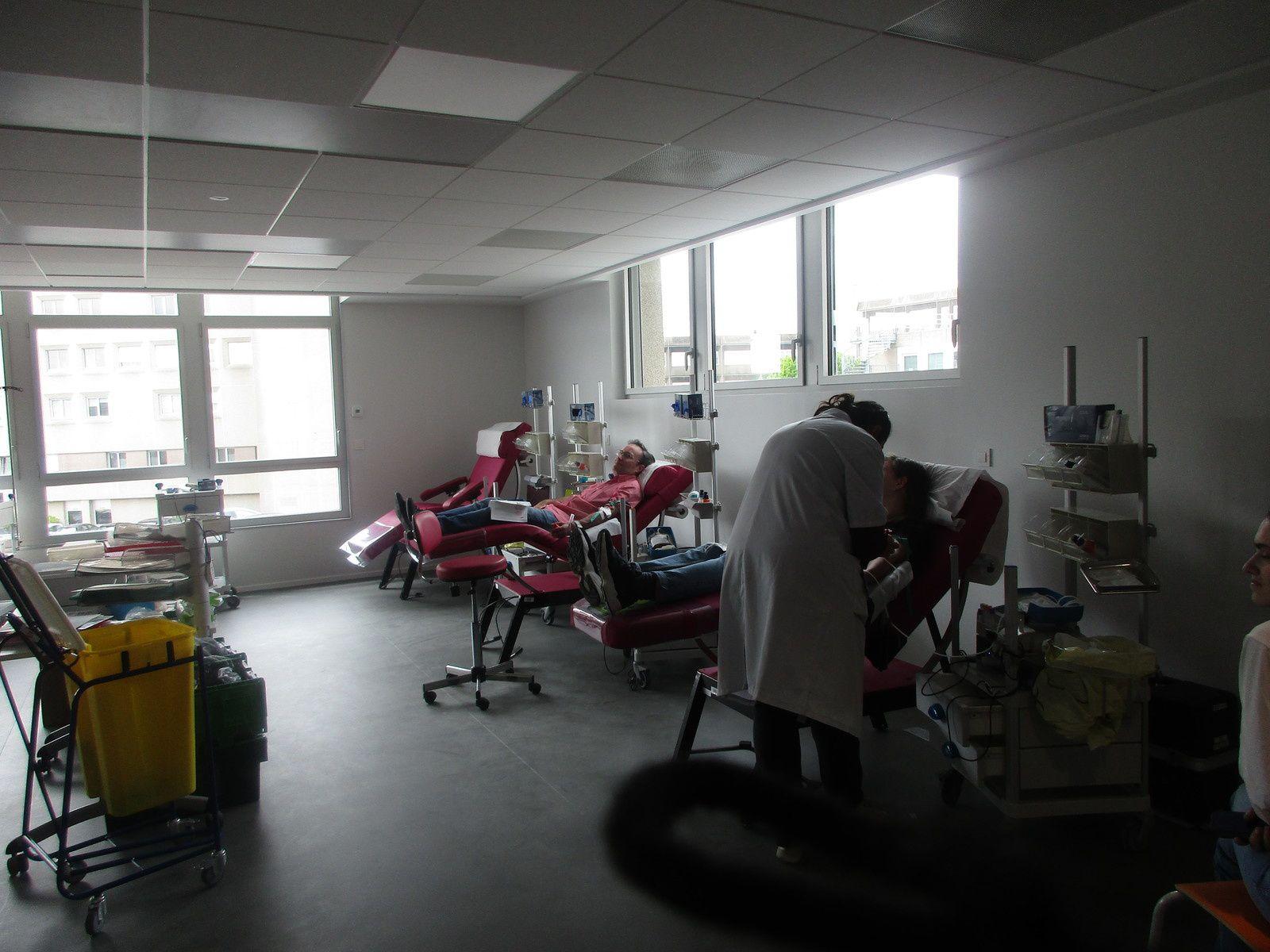 L'accueil des donneurs, le Dr Patrick BENOIT nous présente l'espace d'attente avant l'entretien médical, la salle de prélèvement très vaste, avec cet espace don de SANG TOTAL, au milieu les dons de PLASMA et à l'autre extrémité les dons de PLAQUETTES, puis enfin l'espace collation.