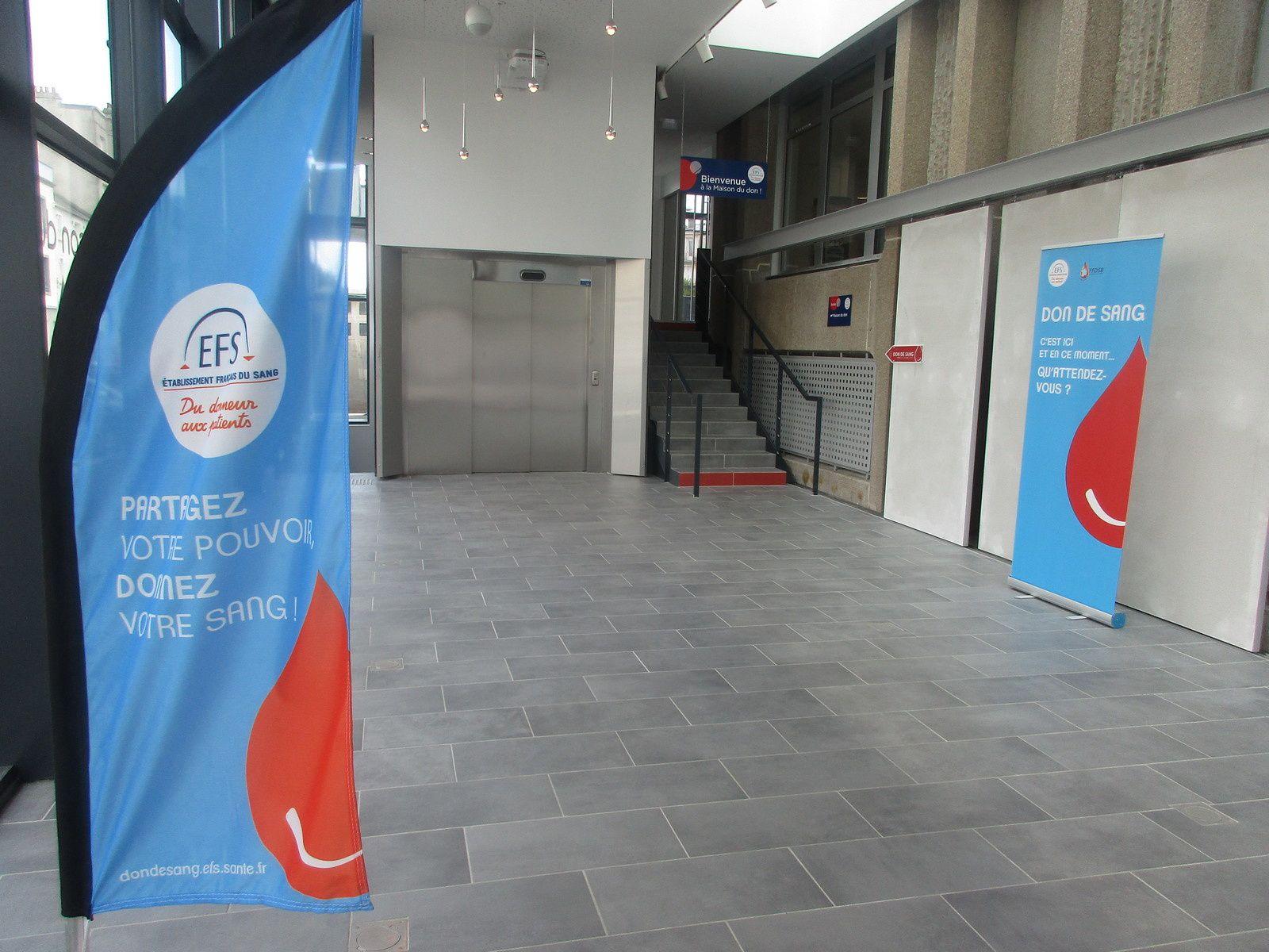 La façade, le grand hall d'accueil, l'accès avec escalier mais aussi ascenseur pour les personnes à Mobilité Réduite, 2 secrétaires à l'accueil cet après-midi, puis l'espace d'attente avant l'entretien pré-don. Une grande salle pour les prélèvements et le meilleur pour la FAIM, l'espace collation