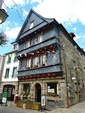 Le célèbre pont habité et en centre Bretagne la maison du Sénéchal (xvie siècle), devenue Office du Tourisme.