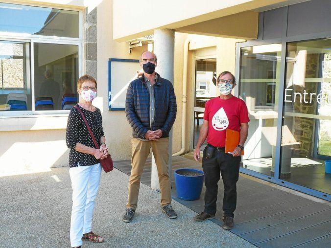 Mercredi matin, Bernard Le Lous et Jeanine Gourvennec ont rencontré Yves Cyrille, le probable futur maire d'Hanvec, pour faire le point sur les mesures sanitaires avant la collecte.