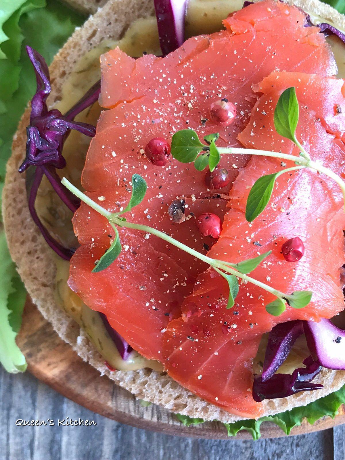 Smørrebrød con salmone, salsa all'aneto e cavolo rosso.