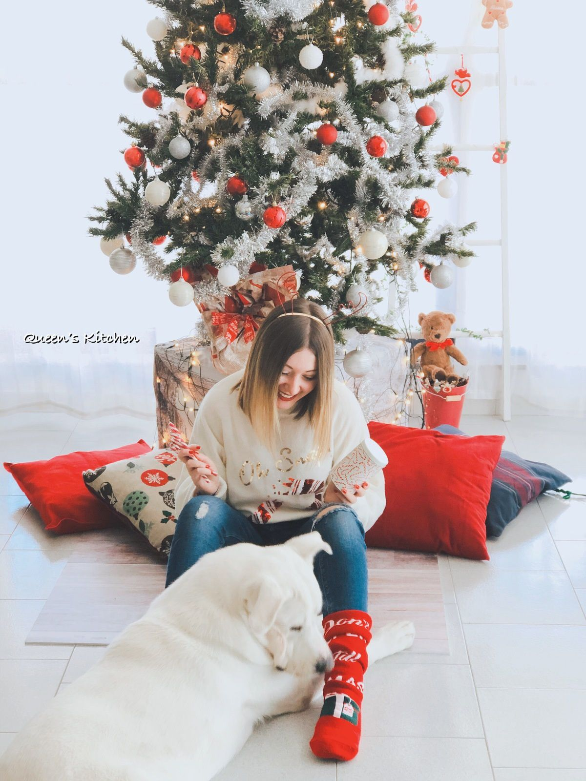 """La mia """"bambina grande"""" Melania e il mio cucciolone Ciro sotto l'albero di Natale."""